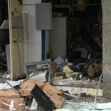 Criminosos assaltam e ateiam fogo a agência bancária em Mesquita, no RJ