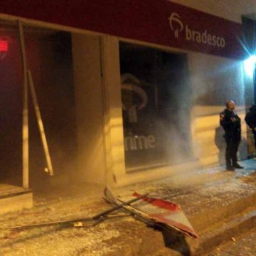 Bandidos explodem banco em Pilares e trocam tiros com PMs