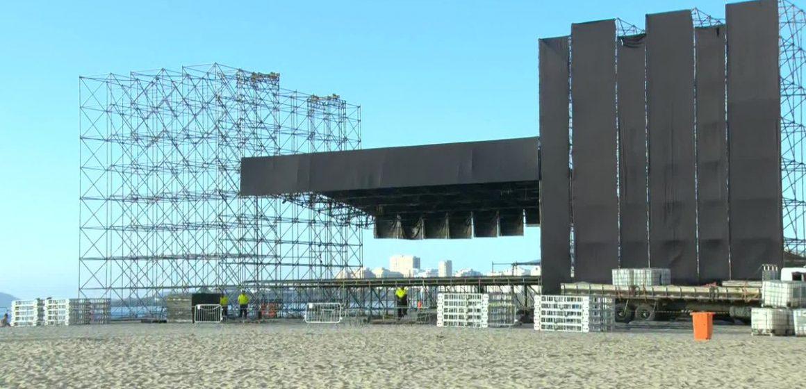 Palco para festa do réveillon em Copacabana já está sendo montado