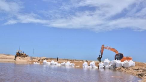 Lagoa em Carapebus é fechada após toneladas de plantas sujarem praias da Região dos Lagos