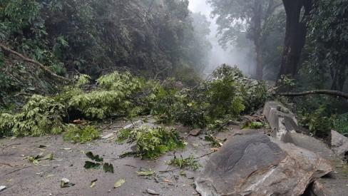 Chuvas provocam deslizamento em Petrópolis, alagamentos na Baixada e engarrafamentos no Rio