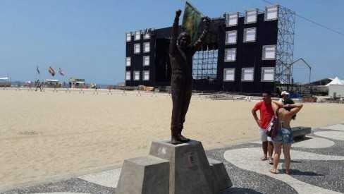 Estátua de Ayrton Senna em Copacabana chama atenção de turistas na orla