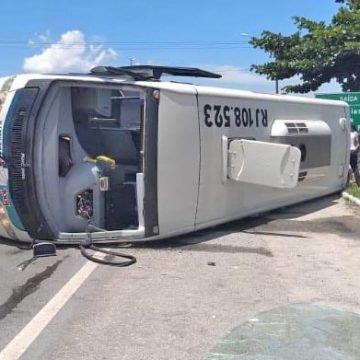 MAIS UM: Micro-ônibus da 1001 tomba em Casimiro de Abreu nesta sexta-feira 15 feridos 2 em estado grave.
