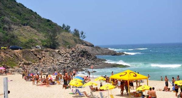 Adolescente enterrado na areia de praia do RJ apresenta melhora no estado de saúde