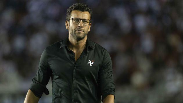 """De volta ao Rio, Valentim projeta próximo jogo do Botafogo e elogia Honda: """"Jogador de seleção"""""""