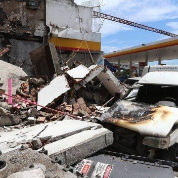 Bomba de posto de gasolina explode e incendeia carros e uma loja de conveniência