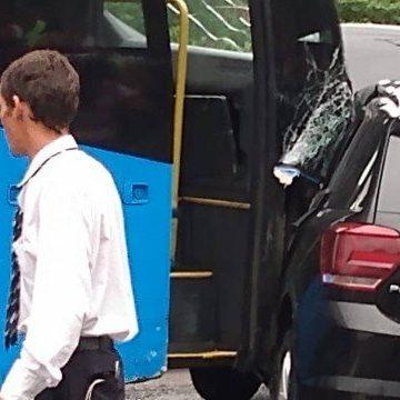Carro invade pista do BRT e é comprimido por ônibus em Ilha de Guaratiba, na Zona Oeste