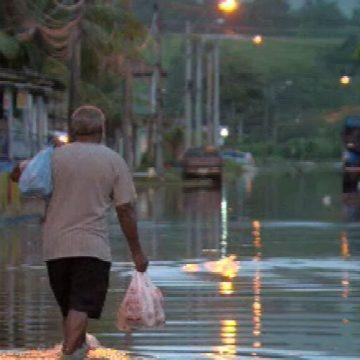 Chuvas e alagamentos preocupam moradores de Guaratiba, Zona Oeste do Rio