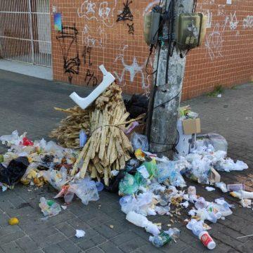 Coletores de lixo entram em greve e Cabo Frio tem pontos de acúmulo de sujeira