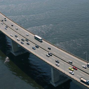Embarcação bate em estrutura da Ponte Rio-Niterói