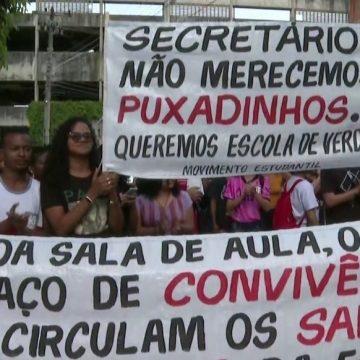 Estudantes fazem protesto contra construção de salas de aula em pátio de CIEP na Zona Oeste do Rio