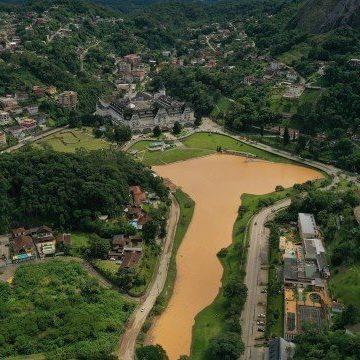 Forte chuva em Petrópolis deixou 33 famílias desalojadas e rastro de destruição
