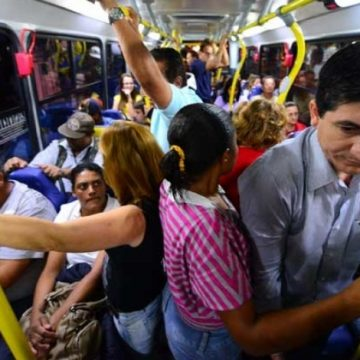 Homem é preso com o pênis à mostra em ônibus no Centro de Petrópolis