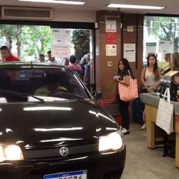 Homem invade supermercado com o carro no Leblon