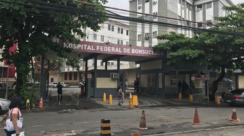 Jovem é atingida no pescoço por bala perdida na Linha Vermelha, Zona Norte do Rio