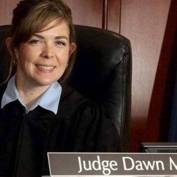 Juíza de vara de família é afastada sob acusação de ter feito sexo a três em tribunal