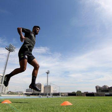 """Leandrinho comemora retorno ao Botafogo: """"Me sinto mais maduro como homem e jogador"""""""