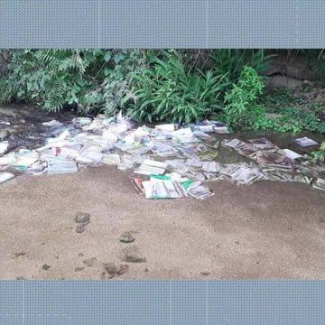 Livros de colégio estadual de Itaguaí são descartados em rio