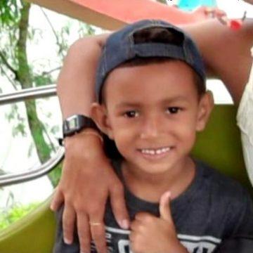 Menino de 5 anos baleado na cabeça segue em estado grave; armas de policiais foram apreendidas