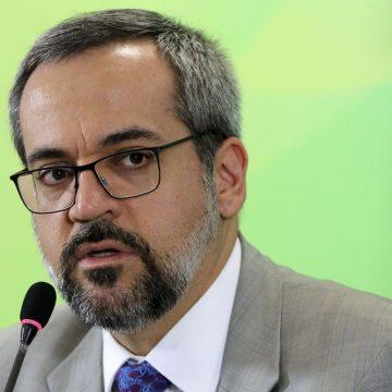 Ministro da Educação comete erro de português em rede social e depois apaga mensagem