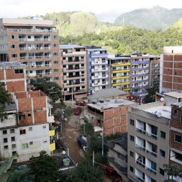 Moradores começam a sair de prédios da Muzema, na Zona Oeste, para nova avaliação da Prefeitura do Rio