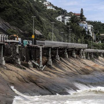 Moradores e comerciantes fazem protesto pela reabertura da Avenida Niemeyer, na Zona Sul do Rio