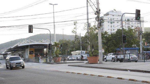 Preço da água mineral dispara em área controlada pela milícia na Praça Seca