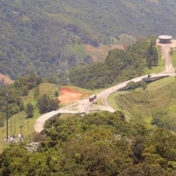 Subida de carreta pela pista de descida na Serra de Petrópolis, RJ, vai fechar trecho até a madrugada