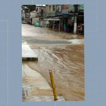 Tubulação estoura e inunda casas e lojas em Duque de Caxias, na Baixada Fluminense