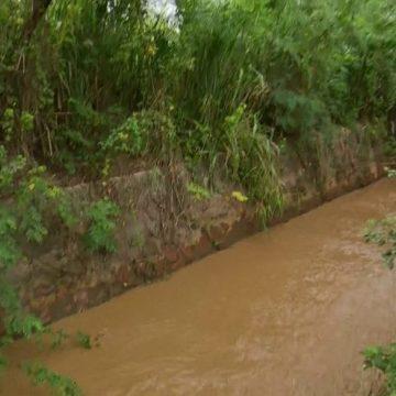 Vídeo mostra água suja saindo de estação do Guandu, da Cedae, direto para um rio