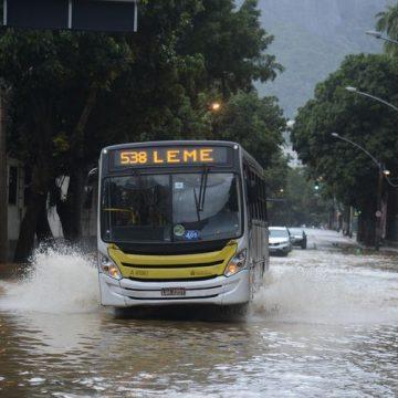 Chuva forte deixa Rio de Janeiro em estágio de atenção