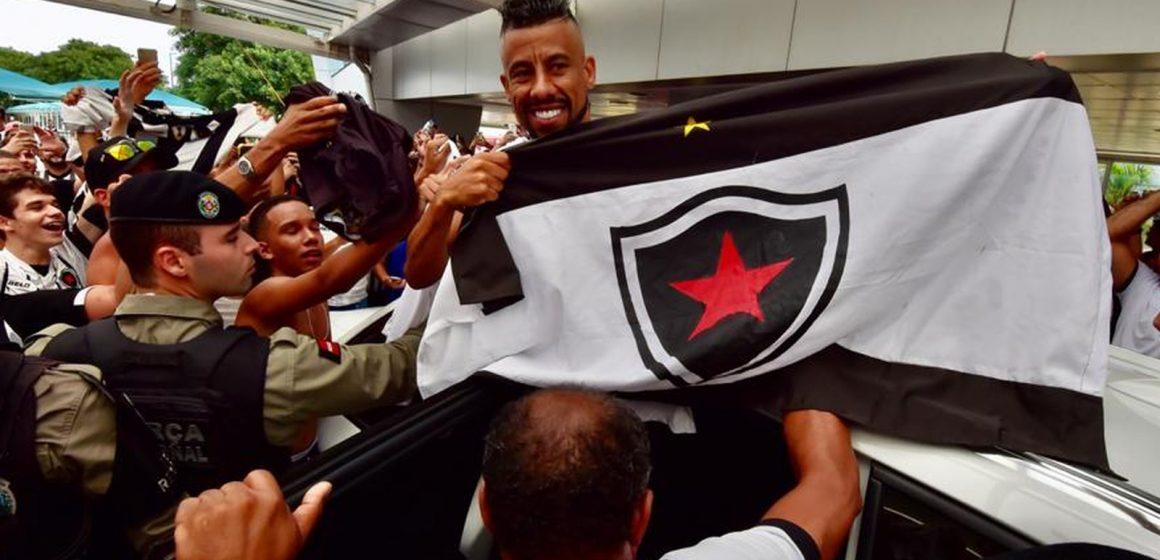 Aeroporto lotado, festa e corredor humano: Botafogo-PB apresenta o lateral Léo Moura