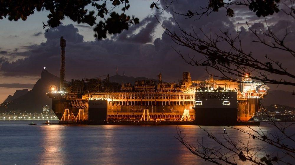 Navio-plataforma vai parar perto da costa em Niterói durante temporal