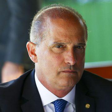 Ao chegar a Brasília, Onyx diz que não considera deixar o governo