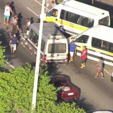 Motoristas de vans fazem protesto na Avenida Brasil e causam congestionamento