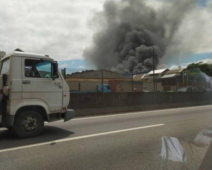 Princípio de incêndio atinge fábrica na Baixada Fluminense