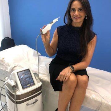 Carla Vilhena visita clinica de estética e confere novidades do mercado
