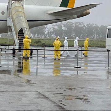 Brasileiros resgatados na China chegam à Base Aérea de Anápolis (GO)