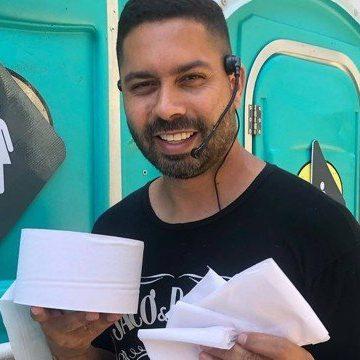 Camelô pretende lucrar no carnaval do Rio vendendo papel higiênico: 'Solução para as dificuldades'