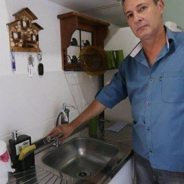Sem água há dois meses e pagando caminhões-pipa, condomínio em Nova Iguaçu processa a Cedae