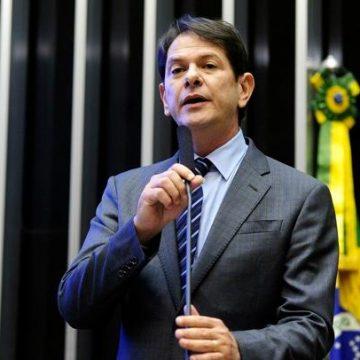 Senador Cid Gomes tenta entrar em batalhão da polícia com retroescavadeira e é baleado