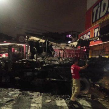 Criminosos incendeiam caminhão para roubar bancos em São João de Meriti