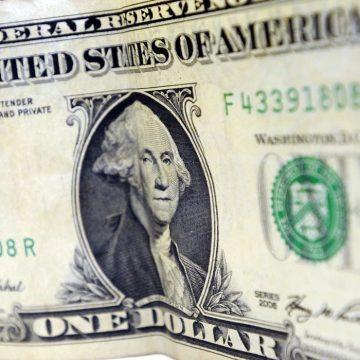 Dólar encosta em R$ 4,36 e renova recorde desde criação do real