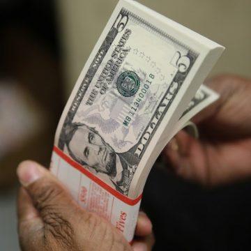 Dólar mantém 'trégua' e fecha abaixo de R$ 4,30 em mais um dia de intervenção do BC