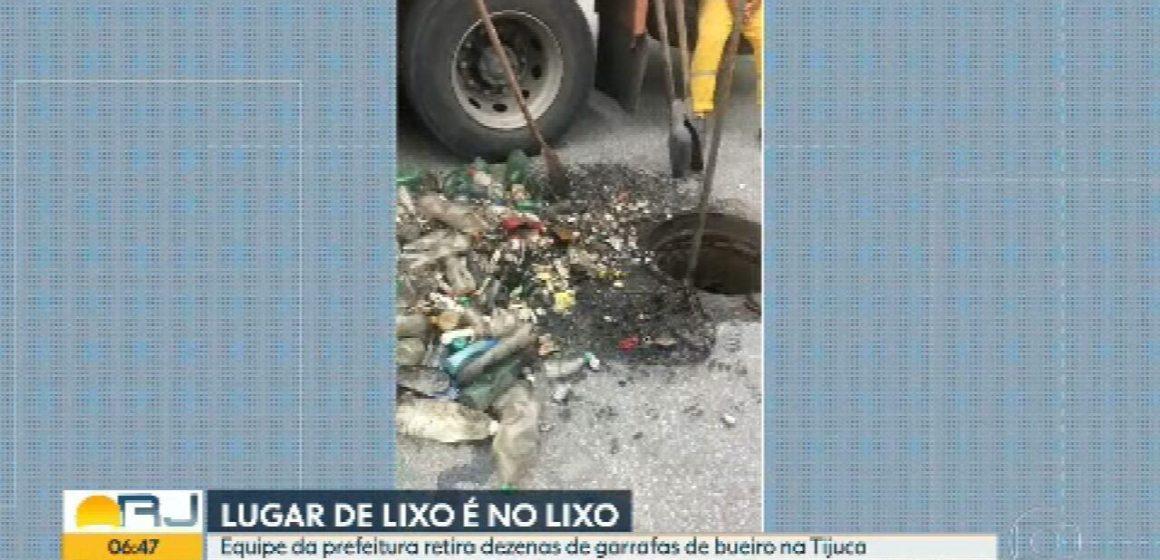 Dezenas de garrafas de plástico são retiradas de galeria de águas pluviais na Zona Norte do Rio