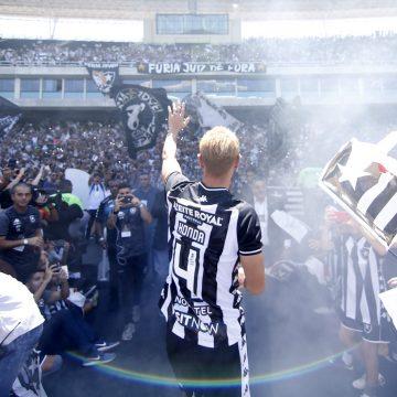 Deu Honda! Novo reforço do Botafogo, japonês é recebido por 13 mil torcedores no Niltão com grande festa