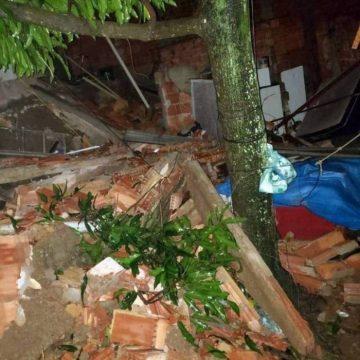 Menino soterrado em casa que desabou na Vila Kennedy foi resgatado desacordado