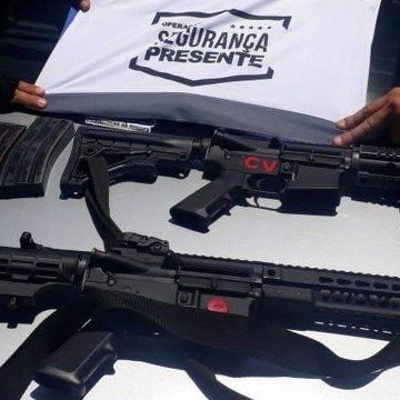Policiais apreendem dois fuzis em perseguição na Barra; Cinco pessoas foram presas