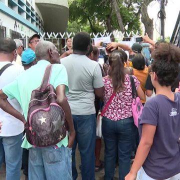 Posto do INSS na Praça da Bandeira não abre e longa fila se forma na porta