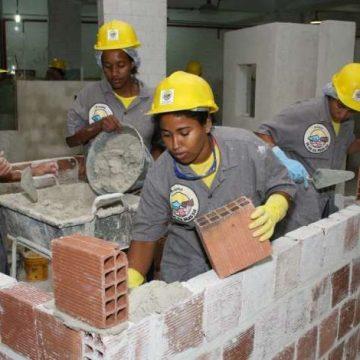 Projeto para qualificação de mulheres na construção civil abre vagas no RJ